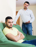 Adultos masculinos que discuten sobre algo Imagen de archivo