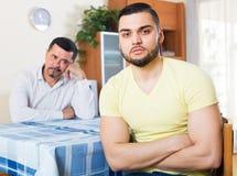 Adultos masculinos que discuten sobre algo Fotografía de archivo libre de regalías