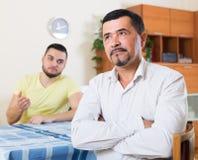 Adultos masculinos que discuten sobre algo Foto de archivo libre de regalías