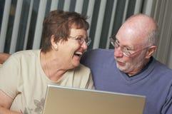 Adultos mayores en el ordenador portátil Fotografía de archivo