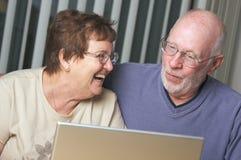 Adultos mayores en el ordenador portátil Imagenes de archivo