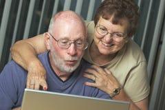Adultos mayores en el ordenador portátil Fotos de archivo libres de regalías