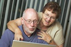 Adultos mayores en el ordenador portátil Fotos de archivo