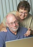 Adultos mayores en el ordenador portátil Foto de archivo libre de regalías