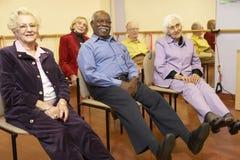 Adultos mayores en una clase que estira Imagen de archivo libre de regalías