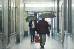 Adultos mayores que caminan en paso Fotografía de archivo libre de regalías