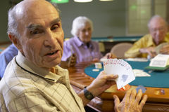 Adultos mayores que juegan el puente Imagenes de archivo