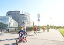 Adultos, niños en las bicicletas en Estrasburgo, Parlamento Europeo Imágenes de archivo libres de regalías
