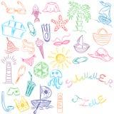 Adultos novos Desenhos da mão de símbolos das vagas do verão Barcos coloridos da garatuja, gelado, palmas, chapéu, guarda-chuva,  Imagem de Stock