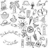 Adultos novos Desenhos da mão de símbolos das vagas do verão Rabiscar barcos, gelado, palmas, chapéu, guarda-chuva, medusa, cockt Imagens de Stock Royalty Free