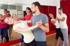Adultos novos que dançam em um estúdio Fotos de Stock Royalty Free