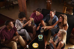 Adultos novos que socializam em um partido em casa, vista elevado fotografia de stock