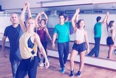 Adultos positivos que bailan bachata Imágenes de archivo libres de regalías