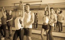 Adultos positivos que bailan bachata junto Imagen de archivo libre de regalías