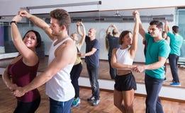 Adultos que bailan bachata junto en estudio de la danza Fotografía de archivo libre de regalías
