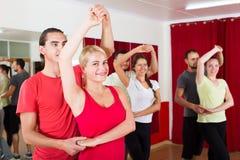 Adultos que bailan en estudio de la danza Fotos de archivo libres de regalías