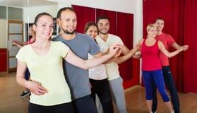 Adultos que bailan en estudio de la danza Fotos de archivo