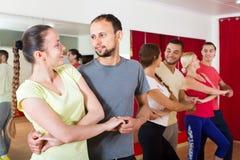 Adultos que bailan en estudio de la danza Imagen de archivo