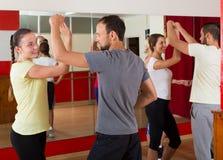 Adultos que bailan en estudio de la danza Foto de archivo libre de regalías