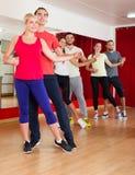 Adultos que bailan en estudio de la danza Imágenes de archivo libres de regalías