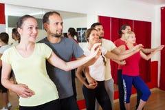Adultos que bailan en estudio de la danza Imagen de archivo libre de regalías