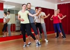 Adultos que bailan en estudio de la danza Foto de archivo