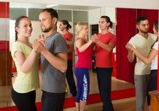 Adultos que bailan en estudio de la danza Fotografía de archivo libre de regalías