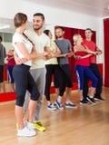 Adultos que bailan en estudio de la danza Fotografía de archivo