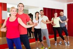 Adultos que bailan la salsa en club Foto de archivo