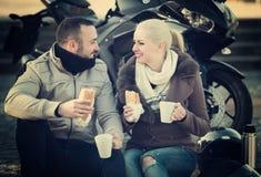 Adultos que beben el café y la charla Imagen de archivo