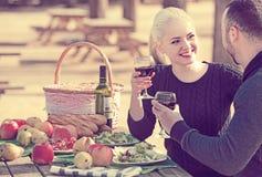 Adultos que beben el vino en la tabla Fotos de archivo libres de regalías