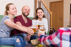 Adultos que beben la cerveza interior Fotografía de archivo libre de regalías