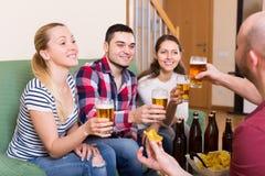 Adultos que beben la cerveza interior Fotografía de archivo