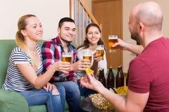 Adultos que beben la cerveza interior Foto de archivo libre de regalías