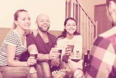 Adultos que beben la cerveza interior Foto de archivo