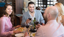 Adultos que cenan en restaurante Fotografía de archivo libre de regalías