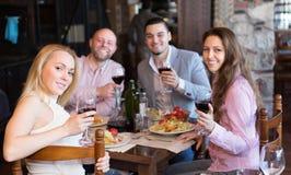 Adultos que cenan en restaurante Fotos de archivo libres de regalías