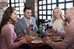 Adultos que cenan en restaurante Fotografía de archivo