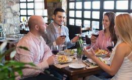 Adultos que cenan en restaurante Foto de archivo