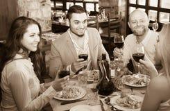 Adultos que cenan en restaurante Imágenes de archivo libres de regalías