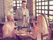 Adultos que cenan en restaurante Fotos de archivo