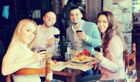 Adultos que cenan en restaurante Foto de archivo libre de regalías