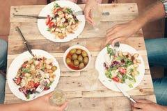 Adultos que cenan informal junto Imagenes de archivo