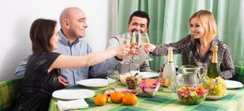 Adultos que cenan junto Foto de archivo libre de regalías