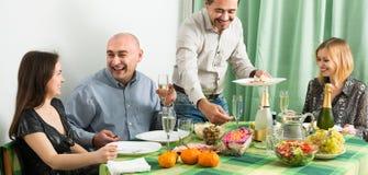 Adultos que cenan junto Foto de archivo