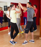 Adultos que dançam no estúdio da dança Fotografia de Stock Royalty Free