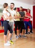 Adultos que dançam o bachata junto mim Foto de Stock