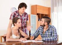 Adultos que firman documentos financieros Fotografía de archivo libre de regalías