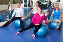 Adultos que hacen aeróbicos con las bolas Imagen de archivo