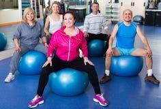 Adultos que hacen aeróbicos con las bolas Fotografía de archivo